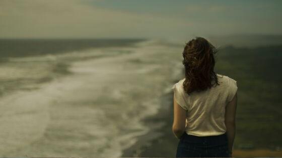 Cómo hemos llegado hasta aquí. Mujer sola en la playa.