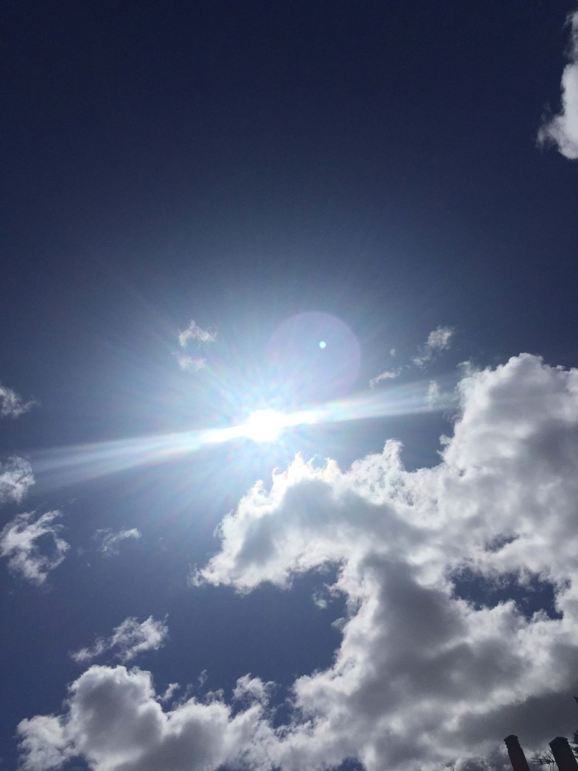 Sol entre nubes. Duendecillo Verde