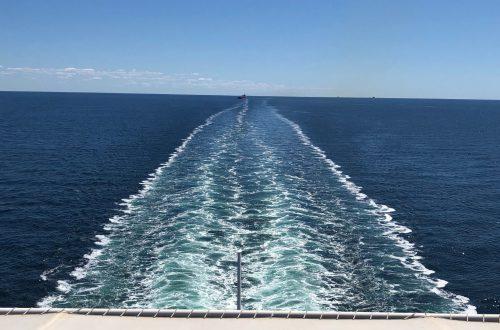 Estela de un barco en el mar.