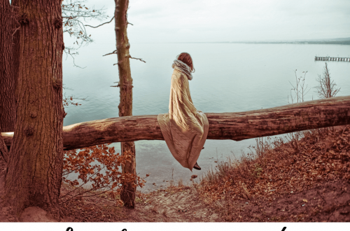 Persona sola mirando un lago.